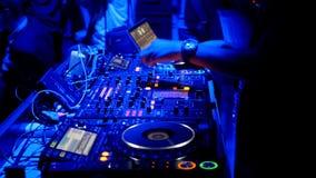DJ fresco atrás das plataformas giratórias video estoque