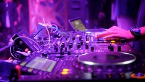 DJ fresco atrás das plataformas giratórias filme