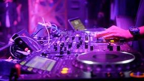 DJ fresco detrás de las placas giratorias metrajes
