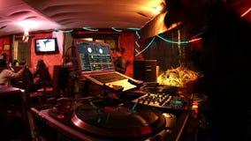 DJ fresco na barra vídeos de arquivo