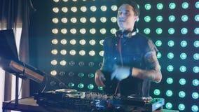 DJ gesticula su aprobación a los juerguistas almacen de metraje de vídeo