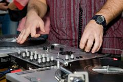 dj-höftflygtur som skrapar vinyl Royaltyfri Bild