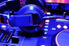 Dj-hörlurar på blandarekonsolen Arkivfoto