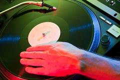 DJ hand skrapavinyl Royaltyfri Bild