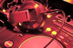 DJ hełmofony i audio melanżer zdjęcia stock