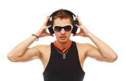 DJ hermoso en gafas de sol y auriculares Fotografía de archivo