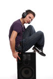 DJ in hoofdtelefoons die zich in een spreker bevinden Stock Afbeeldingen