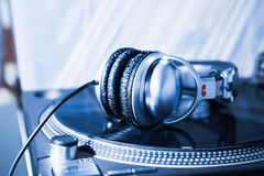 Dj-hörlurar på skivtallrikvinylskivspelaren Arkivbilder