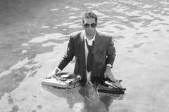 DJ im Meer stockbild
