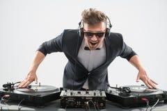 DJ im Smoking, das durch Drehscheibe mischt Lizenzfreie Stockbilder