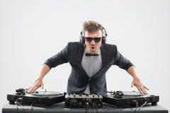 DJ im Smoking, das durch Drehscheibe mischt Stockfotos