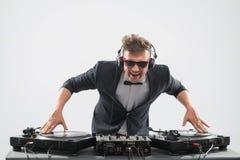 DJ im Smoking, das durch Drehscheibe mischt Stockfotografie