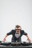 DJ im Smoking, das durch Drehscheibe mischt Lizenzfreies Stockfoto