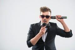 DJ im Smoking, das Spaß sprechend in Kopfhörer hat Lizenzfreies Stockfoto