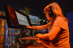 DJ joven que juega música Imagenes de archivo