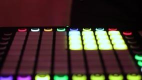 DJ juega en el regulador del audio para el automóvil almacen de video