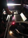 DJ juega en la consola Foto de archivo libre de regalías