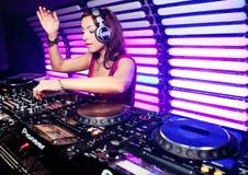 DJ Katrin Vesna em um clube nocturno em Moscovo Fotos de Stock
