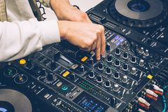 DJ-Konsole auf der Leistungspartei Schaffung von Musik und Abstimmen von DJ lizenzfreies stockbild