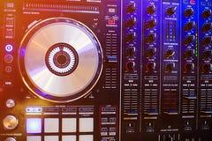 Dj-kontrollanten på nattklubb festar discjockey solid utrustning arkivfoto