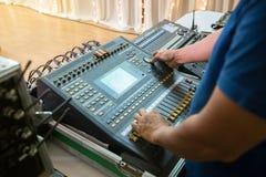 DJ kontrolował system dźwiękowego melanżeru wyrównywaczem w koncerta lub ślubu sala Zdjęcia Royalty Free