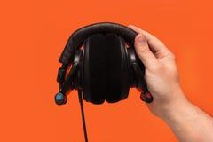 DJ-Kopfhörer in der Hand Stockbild