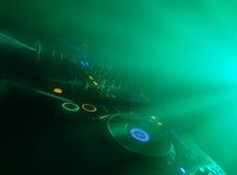 DJ legen an einem Konzert ver Stockfotos