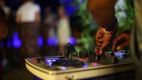 DJ-Leistung auf Drehscheibe und Tanzen-Leute-Hintergrund stock video footage