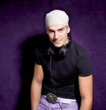 DJ luistert aan muziek op zijn hoofdtelefoons Royalty-vrije Stock Fotografie