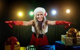 DJ-Mädchen in einem Sankt-Hut für Weihnachten Stockfotos
