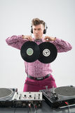 DJ ma zabawę z winylowym rejestrem Zdjęcie Royalty Free