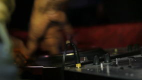 DJ masculino controla el telecontrol de los sonidos en club de noche metrajes