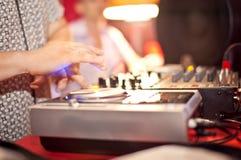 DJ med händer på turntablen Royaltyfria Foton