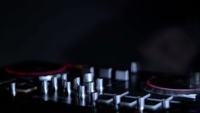 DJ melanżer w klubie w promieniach światło na tle tanczyć DJ pętli wideo zbiory