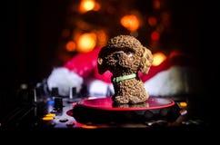 Dj melanżer z hełmofonami na ciemnym klubu nocnego tle z choinka nowego roku wigilią Zamyka w górę widoku nowego roku symb lub el Obraz Stock