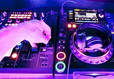 DJ mengt het spoor stock foto