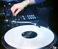 DJ mengt het spoor in de nachtclub Stock Foto