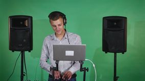 DJ mengt liederen en glimlacht stock video
