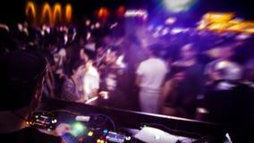 DJ met hoofdtelefoon en DJ bij nachtclub die wordt geplaatst stock afbeelding