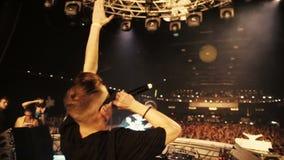 DJ met Mc in stadium Mc begroet het publiek stock videobeelden