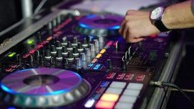 DJ mezcla el vídeo de la pista HD almacen de metraje de vídeo