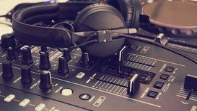 DJ mezcla la consola y el mezclador de la música/el regulador Fotos de archivo libres de regalías
