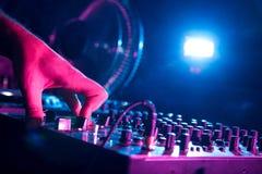 DJ mezcla la pista fotografía de archivo libre de regalías