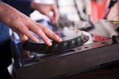 DJ mezcla la pista en el club nocturno Imagen de archivo