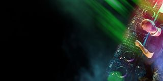 DJ mezcla la pista en el club nocturno en un partido Imagenes de archivo