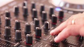 DJ mezcla la pista en el club en el partido almacen de metraje de vídeo