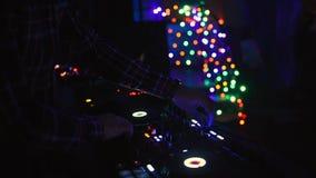 DJ mezcla música en un regulador profesional del mezclador almacen de video