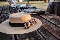 DJ, mezclador, sombrero y gafas de sol Partido del verano en la playa Lido Imagenes de archivo