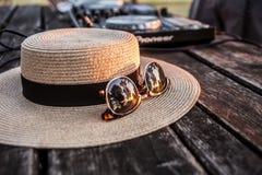 DJ, mezclador, sombrero y gafas de sol Partido del verano en la playa Lido Foto de archivo libre de regalías