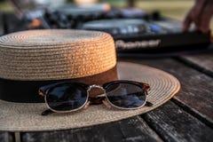 DJ, mezclador, sombrero y gafas de sol Partido del verano en la playa Lido Imagen de archivo